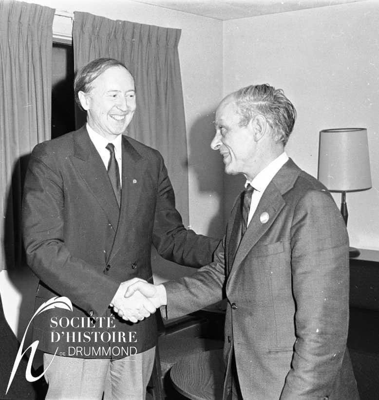 On aperçoit sur cette photo René Blanchard et René Lévesque se serrant la main lors d'une réception au motel Albatros de Drummondville en avril 1970. (Société d'histoire de Drummond, Fonds Pierre Dozois ; P184)